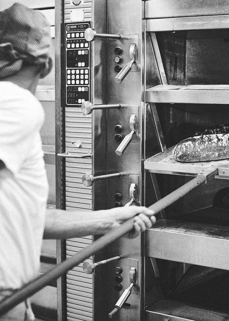 Food-Reportage Bäcker holt frische Brote aus dem Ofen - Foodfotografie neon fotografie / huebsch huebsch