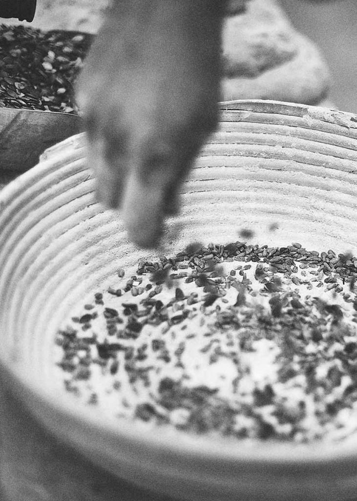 Food-Reportage Bäcker beim Backen von frischem Brot - Foodfotografie neon fotografie / huebsch huebsch