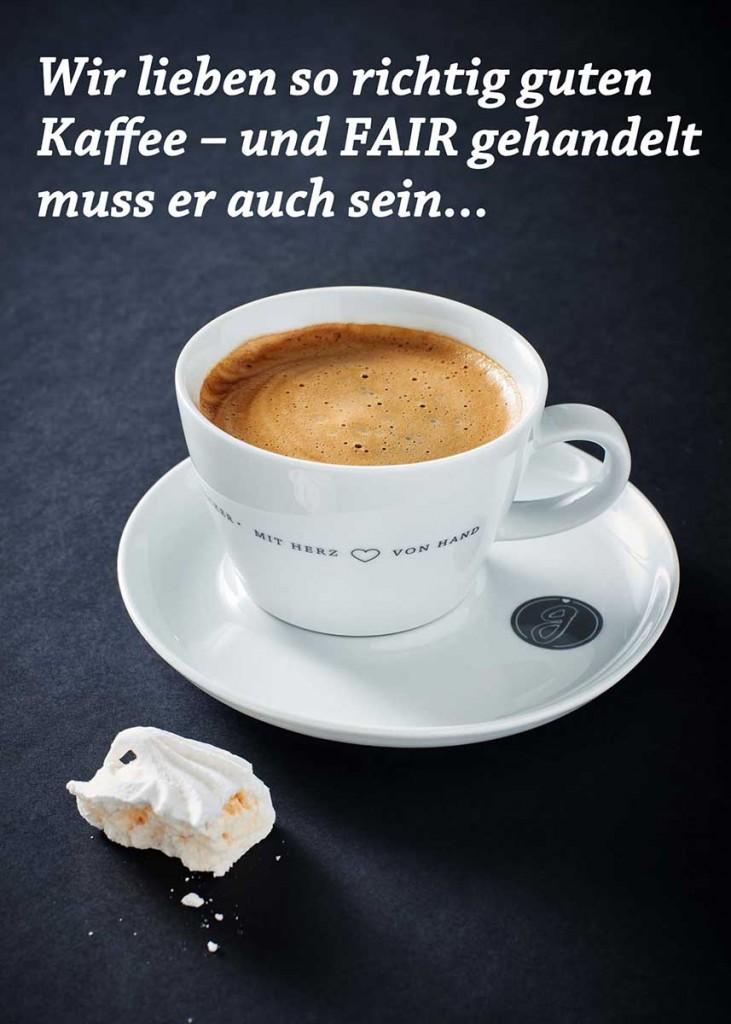 Eine frische Tasse Kaffe mit Baisier auf schwarzem Untergrund - Foodfotografie neon fotografie / huebsch huebsch