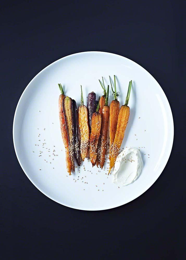 Bunte Karotten mit Sesam Dip auf schwarzem Untergrund - Food fotografie