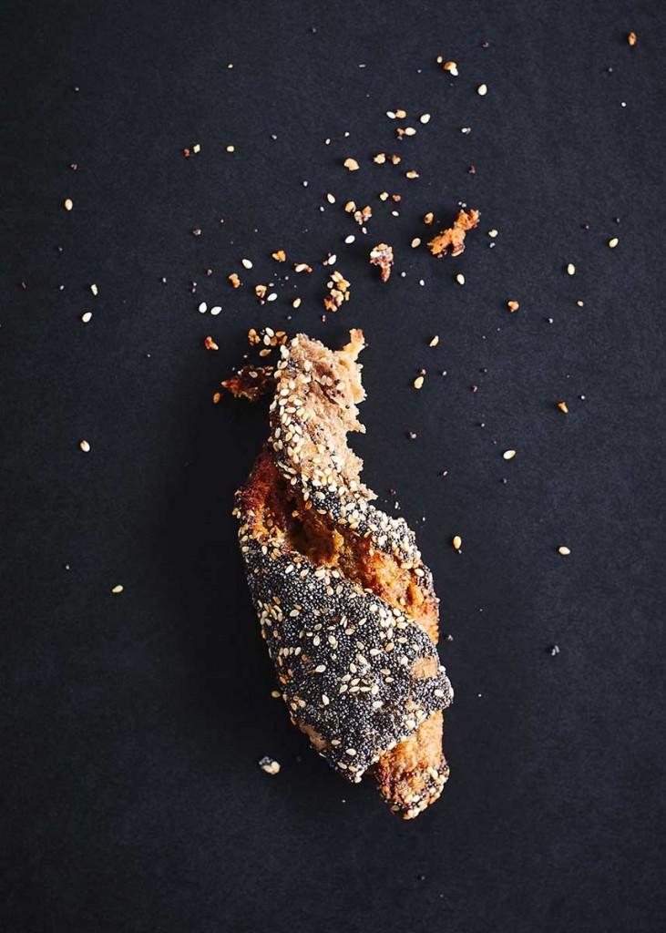 Knuspriges Gebäck auf schwarzem Untergrund - Foodfotografie neon fotografie / huebsch huebsch